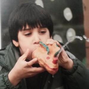 jongen met kleibeest