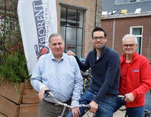 Microfonist Jan Peeters met op de tandem de kampioenen Job Vissers en Geert Oosterbosch.