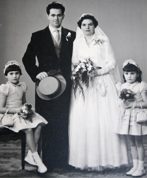Het bruidspaar met de bruidsmeisjes Elly en Marlies Geven